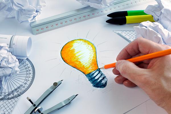 Paperille on piirretty hehkulamppu hyvän idean symboliksi.